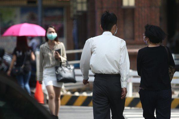 勞動部昨(16)日發布最新減班休息(無薪假)統計,目前實施無薪假再度攀升至840...