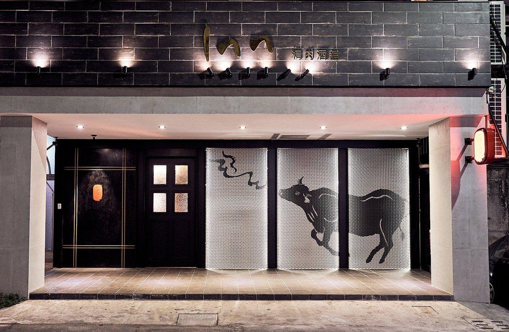 「癮燒精肉酒鋪」裝潢以整頭牛聞香為視覺,使用黑色系為主軸,帶著奢華神秘感。 業者...