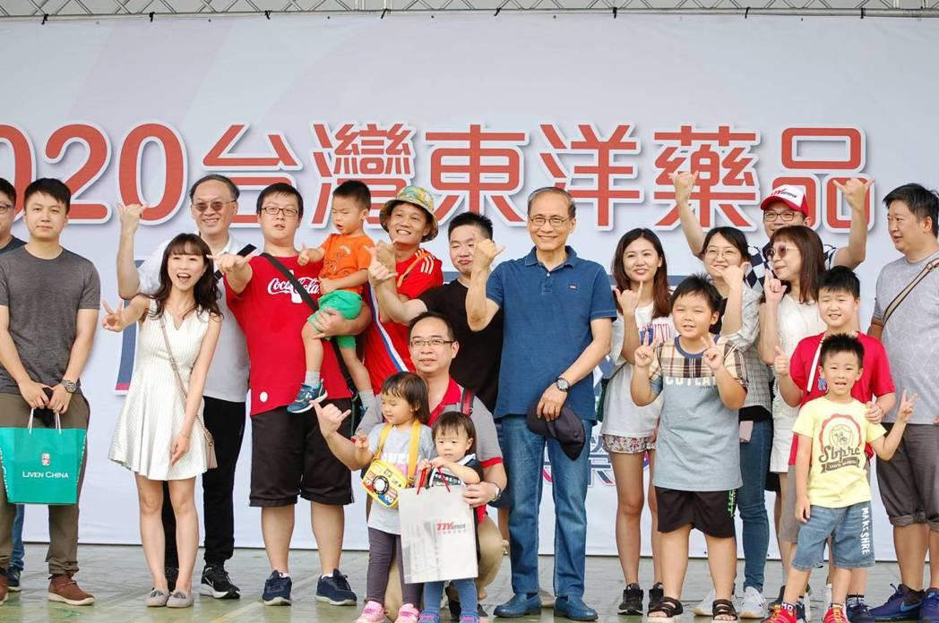 台灣東洋董事長林全出席60周年家庭日。業者/提供。
