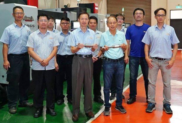 程泰集團董事長楊德華(前排右二)及亞崴機電總經理康劍文(前排左二)與開發團隊共同...