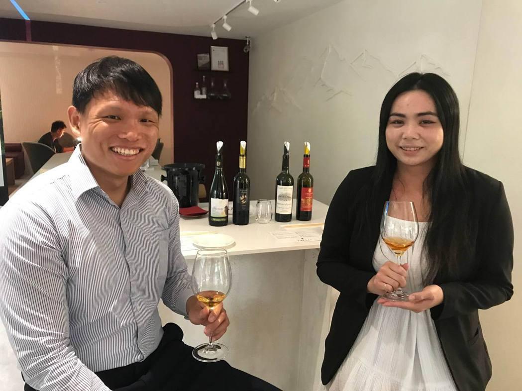 高加索酒櫃營運主管林明猷(左)、行銷經理張文憶,共同主持記者發表會,推薦四款獨具...