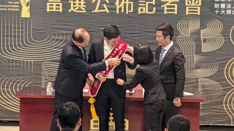 立法院長游錫堃為十大傑出青年當選人曾宇謙授榮譽肩帶後,協助他調整肩帶。記者蔡佩芳/攝影 蔡佩芳