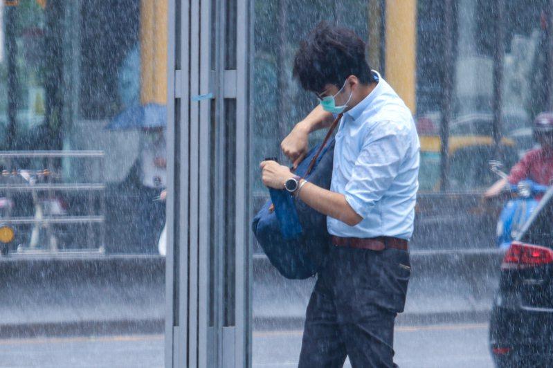 明天鋒面開始接近台灣,上半天天氣仍是多雲到晴,下半天開始,基隆北海岸、大台北地區降雨機率30%至50%。中央社