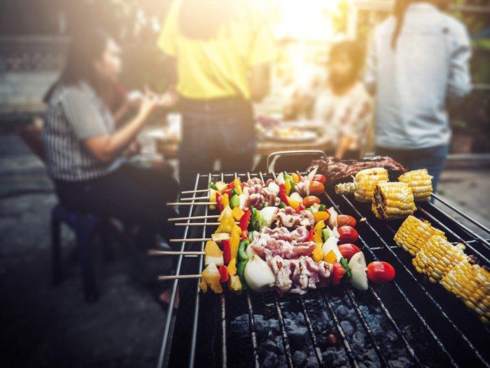 近年では中秋節になると友人や家族と焼き肉をし、楽しい一時を過ごすという新しい風習が生まれつつあります。(写真 / PhuShutter)