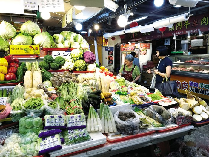 Traditional markets are important life centers for Taipeiers. You can find all kinds of fresh vegetables and ingredients there.