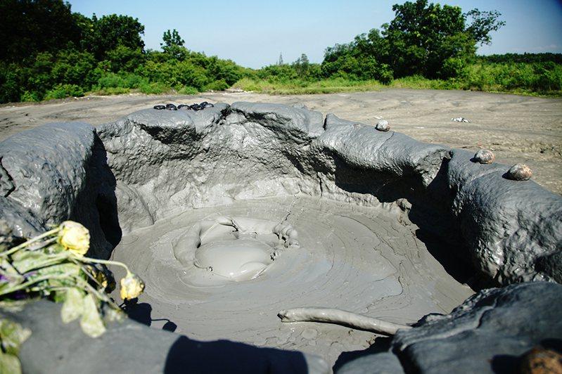 泥火山噴發節奏變化莫測,有時噴發口前一秒中毫無動靜,幾分鐘後就忽然嗶剝作響。(攝影/曾信耀)