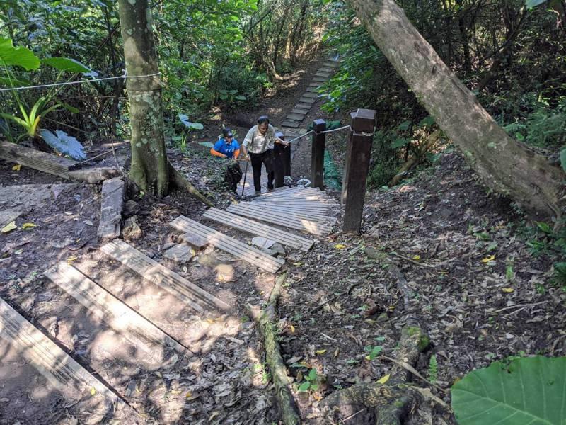 新北市議員白珮茹爭取下,汐止翠湖登山步道一併改善,現在整修完成,也讓休閒民眾行的更安全。 圖/觀天下有線電視提供