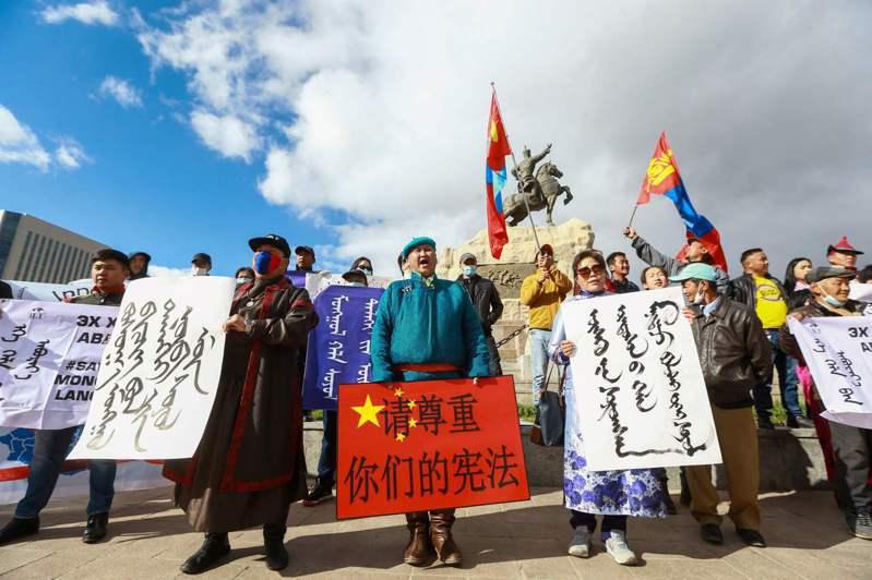 大陸在內蒙強推漢語教學,引起爭議。上百名蒙古國人在其首都烏蘭巴托聲援,對到訪的大陸外交部長王毅表達抗議。(法新社)