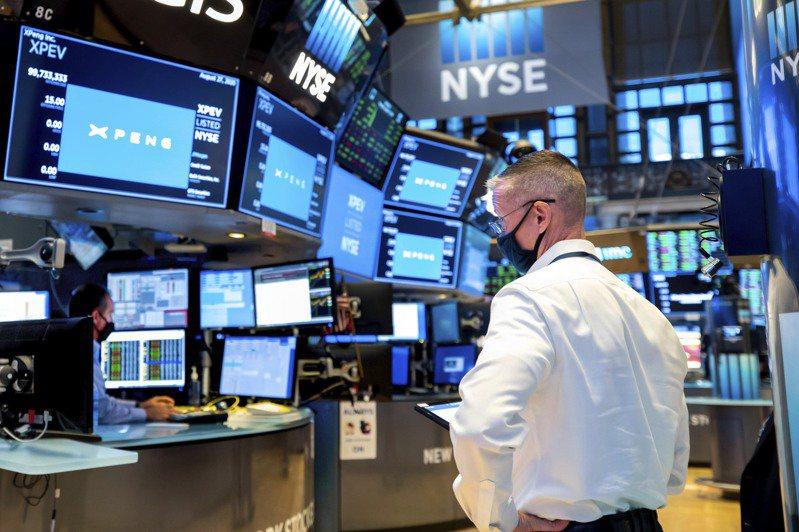 聯準會(Fed)在台灣時間17日凌晨一如預期宣布利率政策按兵不動,市場在決策宣布後一度擴大漲幅,但科技股不久後翻黑,震盪加劇。美聯社