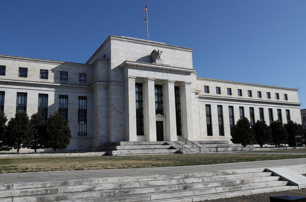 聯準會(Fed)暗示,目前的超低利率水準,至少到2023年底前都不會變動。  路...