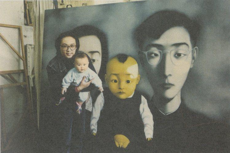 1995年,張曉剛抱著未滿週歲的女兒於已完成的威尼斯雙年展參展作品前合影。圖/佳...