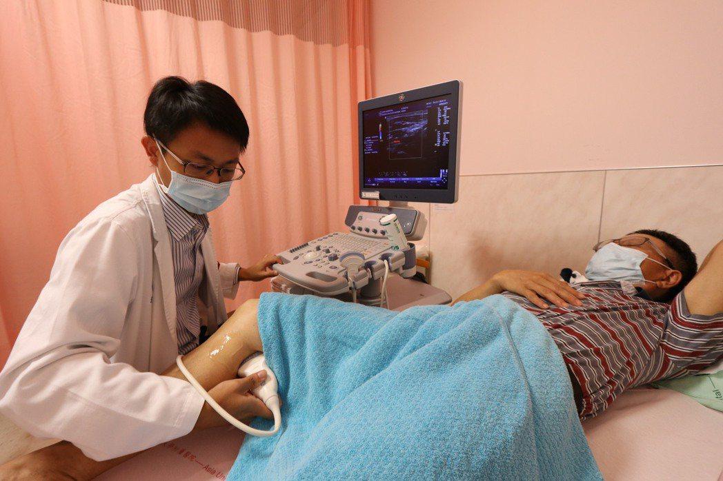 亞洲大學附屬醫院周邊血管科主任張育晟指出,具三高、抽菸等危險因子的民眾應定期檢查...