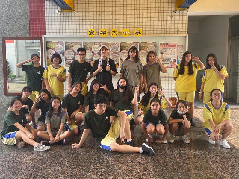 弘光科大餐旅系校友謝焜荃(後排左四)擔任斜槓青年,從廚師變舞蹈老師。圖/弘光科大提供