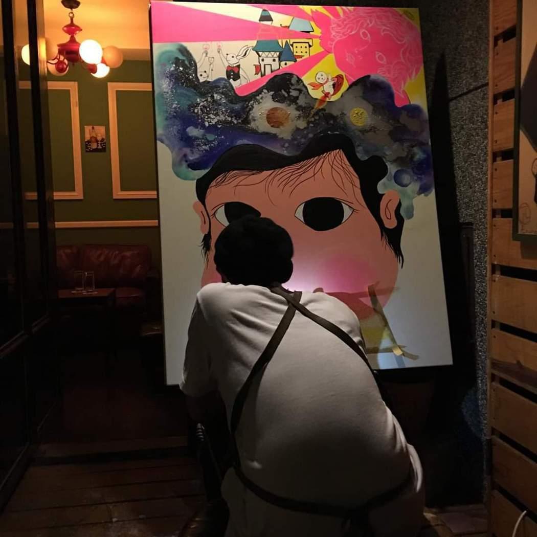 黃鴻升為修杰楷、賈靜雯的女兒咘咘作畫。圖/摘自臉書