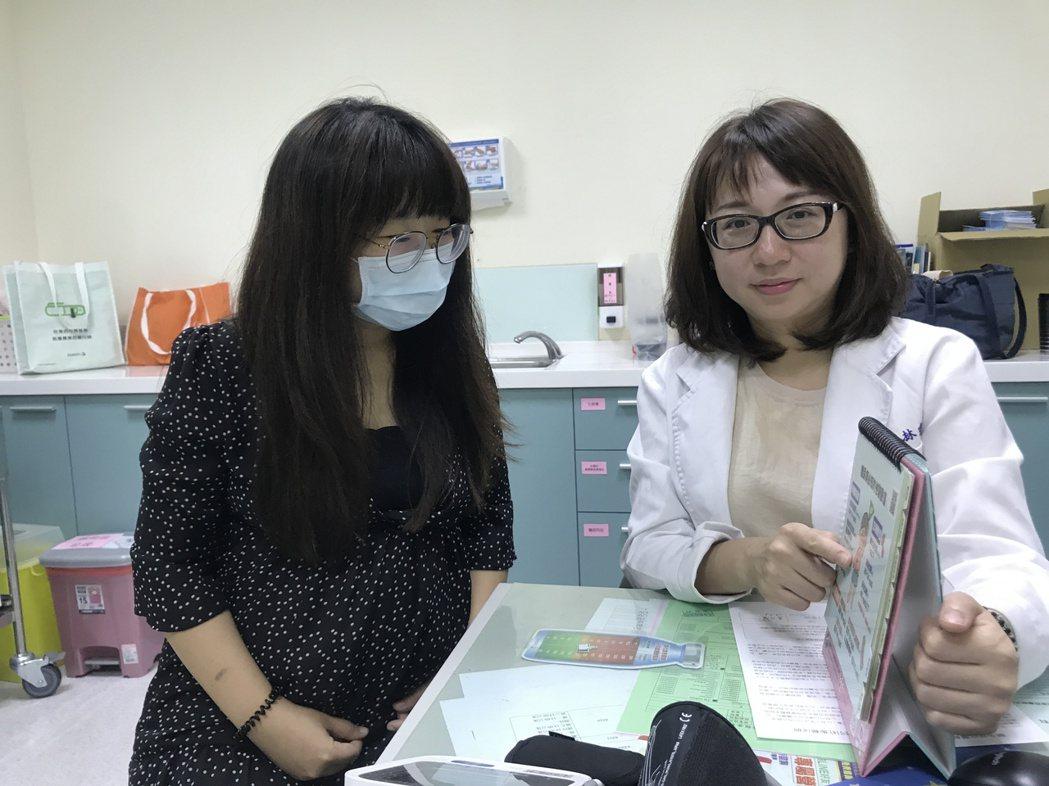 醫師林瑋涵(右)為孕婦(非新聞當事人)衛教。圖/烏日林新醫院提供