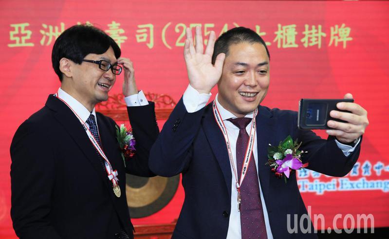 亞洲藏壽司今天櫃買掛牌上市,董事長西川健太郎(右)在掛牌後歡慶與在日本的社長視訊連線。記者潘俊宏/攝影