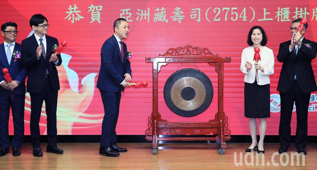 亞洲藏壽司今天櫃買掛牌上市,董事長西川健太郎(中)歡慶敲鑼。記者潘俊宏/攝影