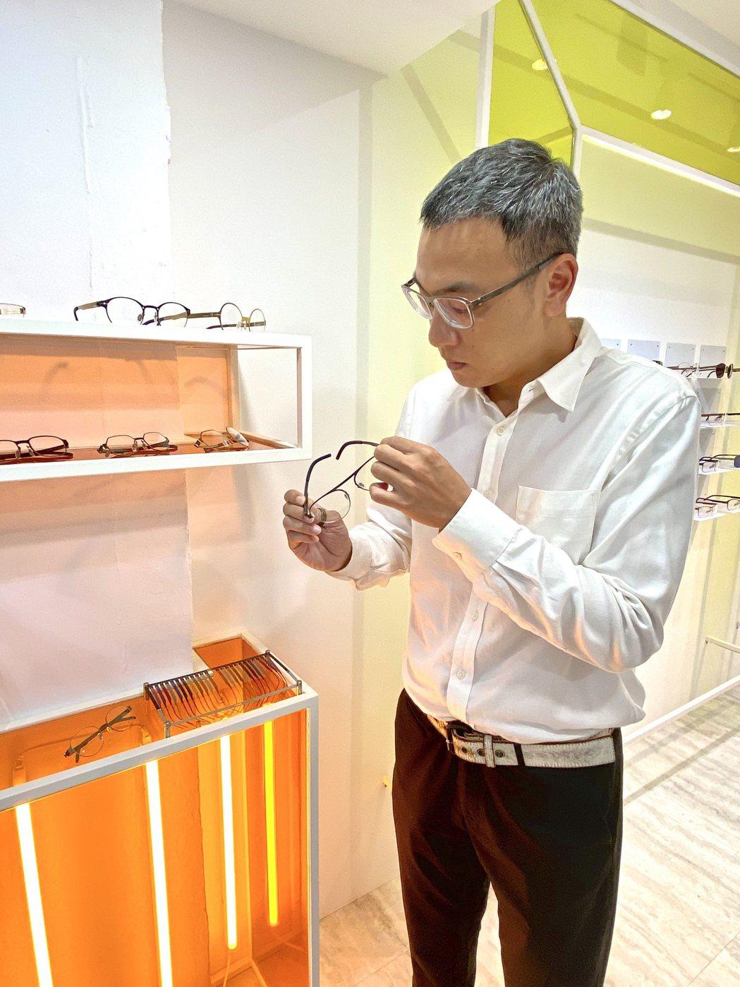 mAh品牌總監陳冠吾解釋,mAh客製化眼鏡與一般傳統眼鏡的差異。圖/業者提供