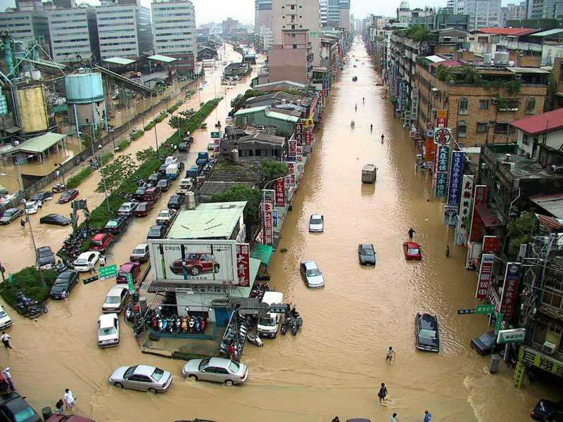 當年受納莉颱風侵襲,台北市主要道路成為一片黃澄澄的水鄉澤國。圖/聯合報系資料照片
