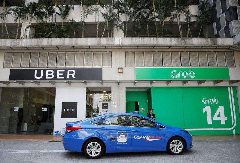 美國創投Lightspeed看好東南亞科技生態,在新力坡設辦公室擴展業務。圖為一輛計程車通過新加坡叫車軟體公司Grab辦公室。路透