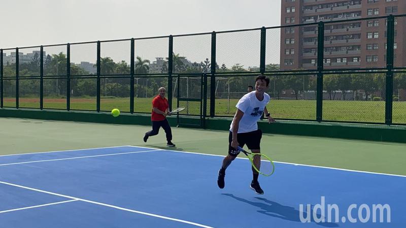 成大新建的智慧網球場今天啟用,邀請網球好手盧彥勳(右)試打。記者鄭維真/攝影