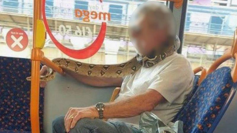 英國曼徹斯特一名男子14日帶著一條活生生的蛇搭公車,甚至把牠纏繞在頸部遮住嘴巴當口罩使用。目擊乘客一開始還以為那是一款「非常時髦的口罩」。BBC/PA MEDIA