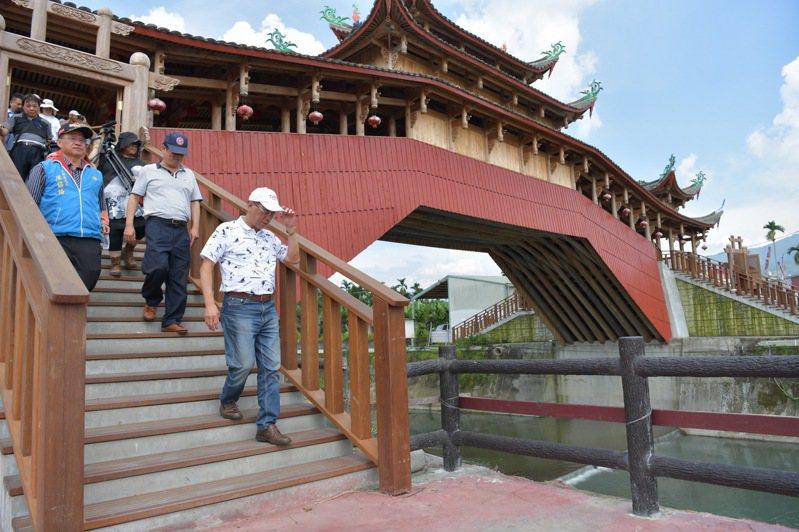 集集廊橋木拱結構是鎮內最新的求姻緣聖地,縣長林明溱要求打通自行車斷點並增加夜間美化。記者黑中亮/攝影
