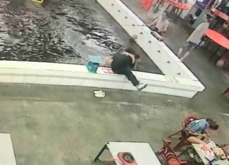 釣蝦場公主抱男女一起跌進池,永浴愛河被笑翻嚇蝦。圖/擷取自爆廢公社