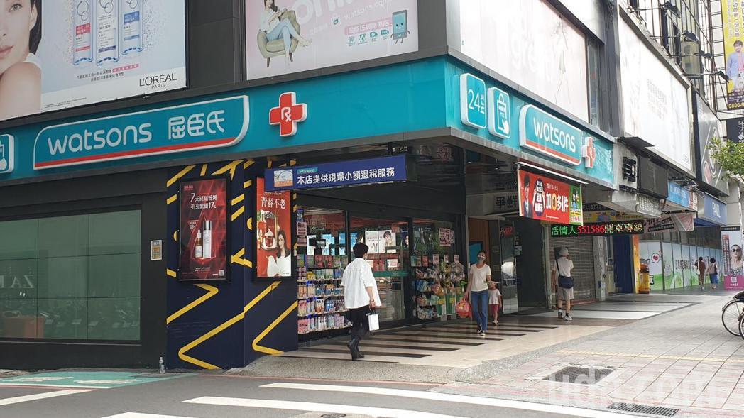北市東區多家販售盒裝口罩的藥妝店並無出現搶購人潮。記者胡瑞玲/攝影