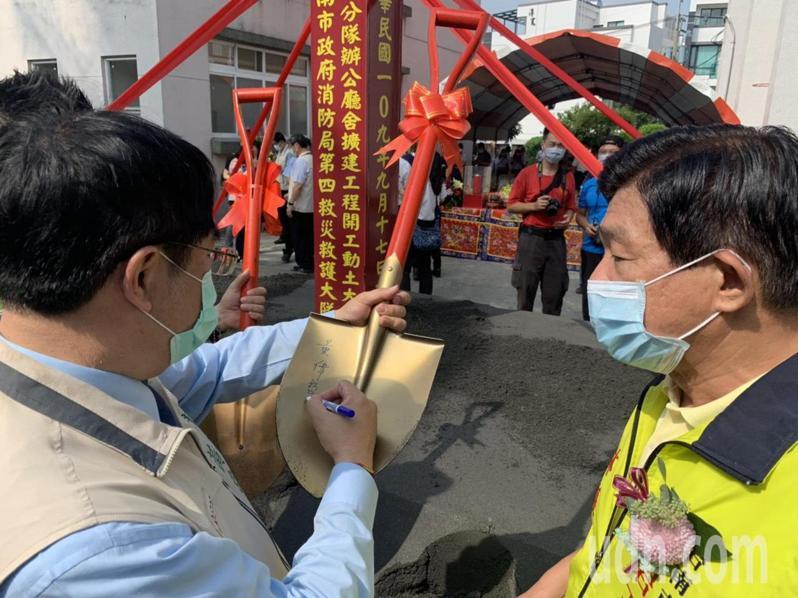 台南市山上消防分隊擴建工程動土的金鏟很搶手,市長黃偉哲(左)逐一在上面簽名。記者吳淑玲/攝影