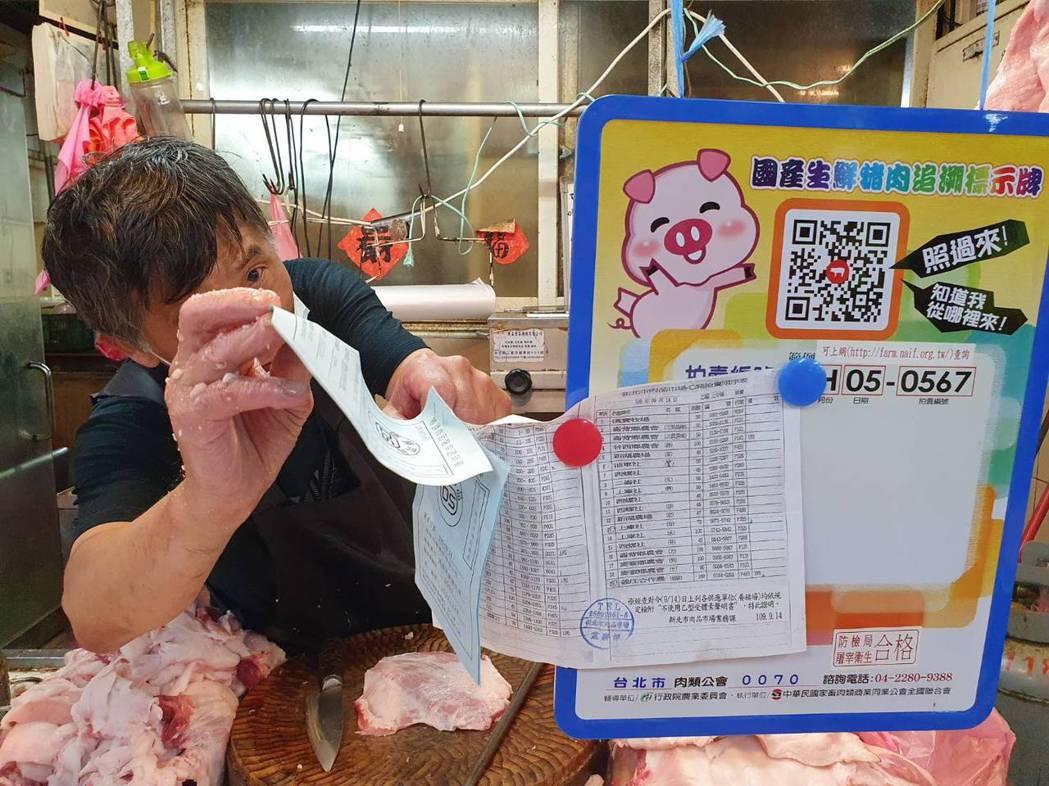 肉攤貼著大大的「本店使用豬肉原產地:台灣」標示以及使用屠宰場的證明單。記者楊雅棠...