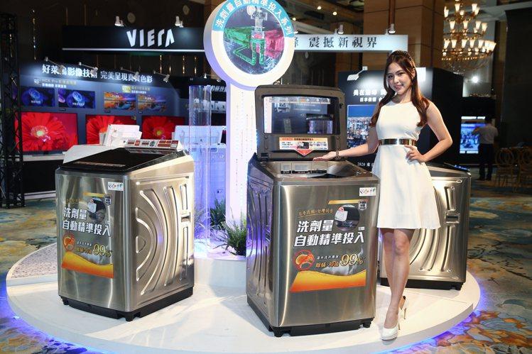 Panasonic全新直立式洗衣機,首度搭載洗劑量自動精準投入科技。記者蘇健忠/...