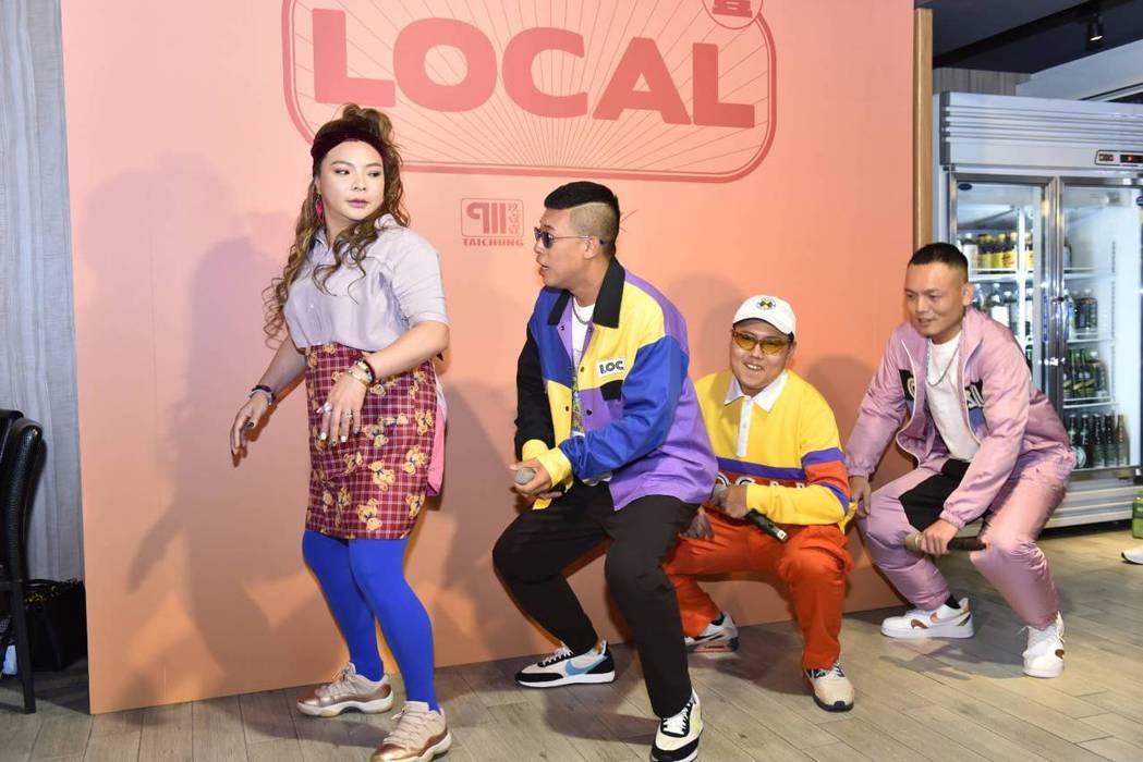 玖壹壹跟小甜甜(左)跳起「LOCAL」舞。圖/混血兒娛樂提供