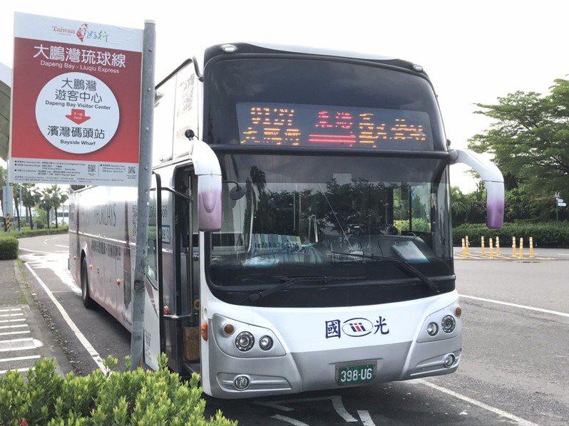 首條高鐵左營站直達東港的台灣好行「大鵬灣琉球線」9月1日啟航,為拉抬搭乘熱度,鵬管處攜手在地觀光業者推出6款享好康的超值套票,客運業者也啟動網路預約優惠訂票系統。記者潘欣中/攝影