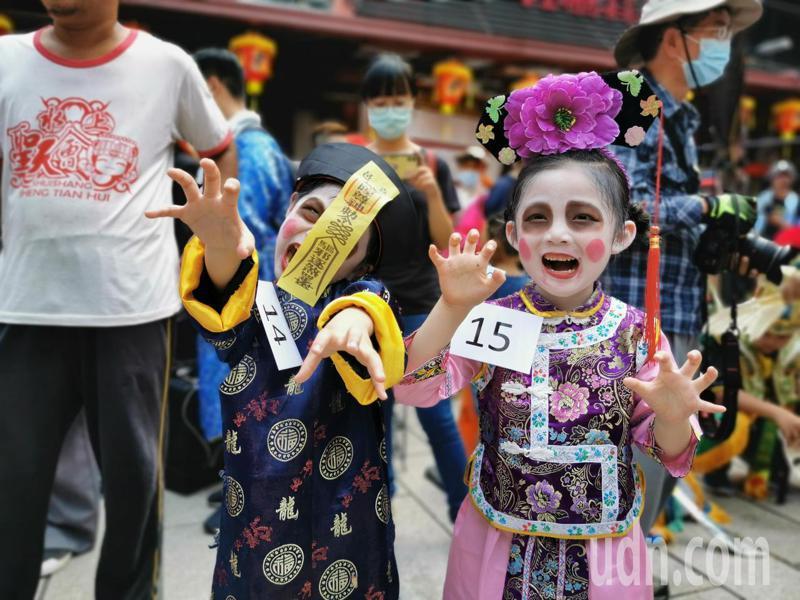 小朋友裝扮成小殭屍參加「人模鬼樣 神鬼魅影」競賽活動。記者卜敏正/攝影