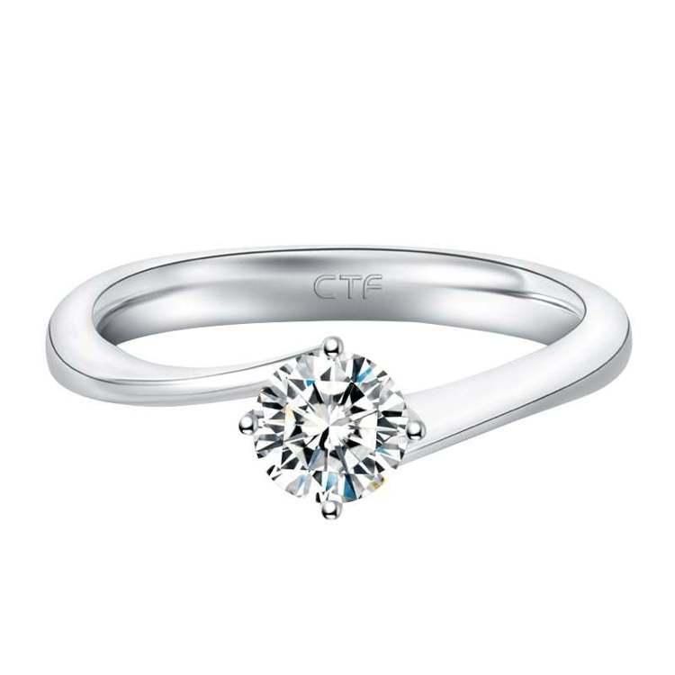 周大福18K白色黃金美鑽戒指,價格店洽。圖/周大福提供