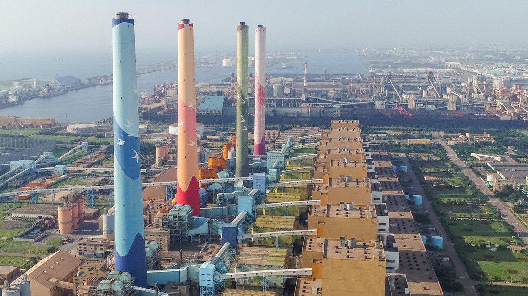 台電今(18)日表示,114年2部燃氣機組上線後,全廠將以「2氣6煤」模式運轉,...