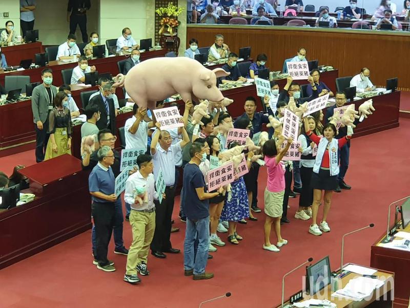 國民黨議員在議員要求台北市長柯文哲承諾全力支持零檢出萊豬進入北市。記者楊正海/攝影