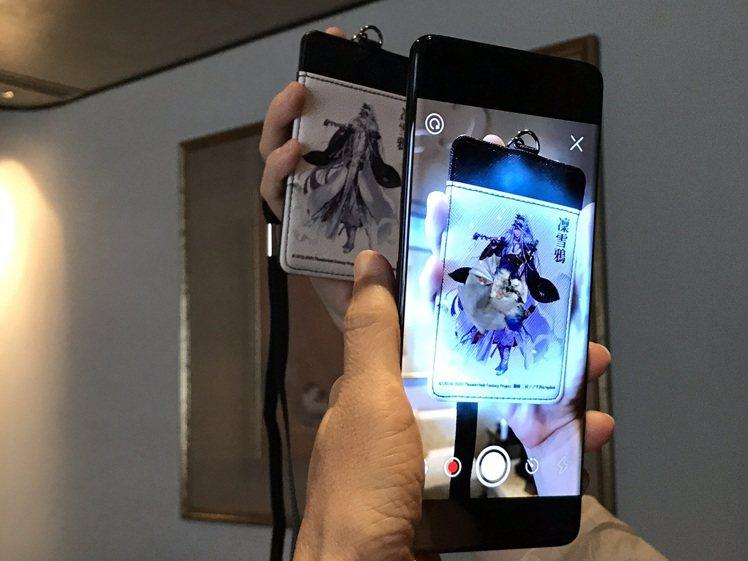 亞太電信攜手霹靂國際多媒體推出「AR魔法小物」多功能票卡夾,透過專屬手機App掃...
