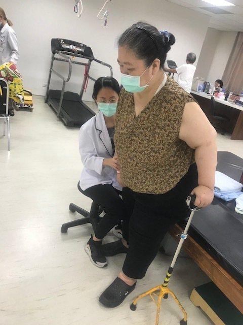 麻豆新樓醫院「腦中風復健醫療團隊」協助病患恢復生活自理能力。圖/麻豆新樓醫院提供