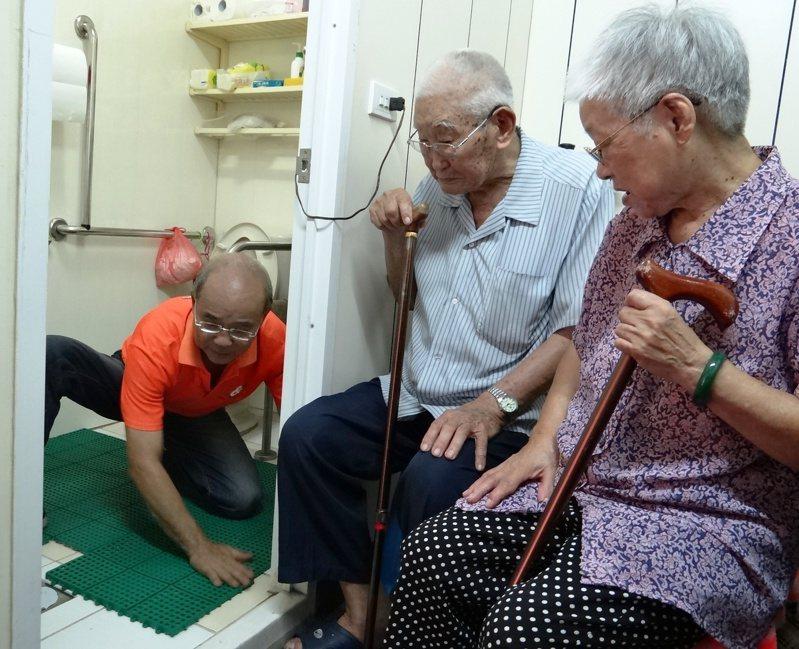 高雄市立小港醫院急診科主任劉耀華建議,不管老人或年輕人,浴室最好都能加裝防滑墊。圖/聯合報系資料照片