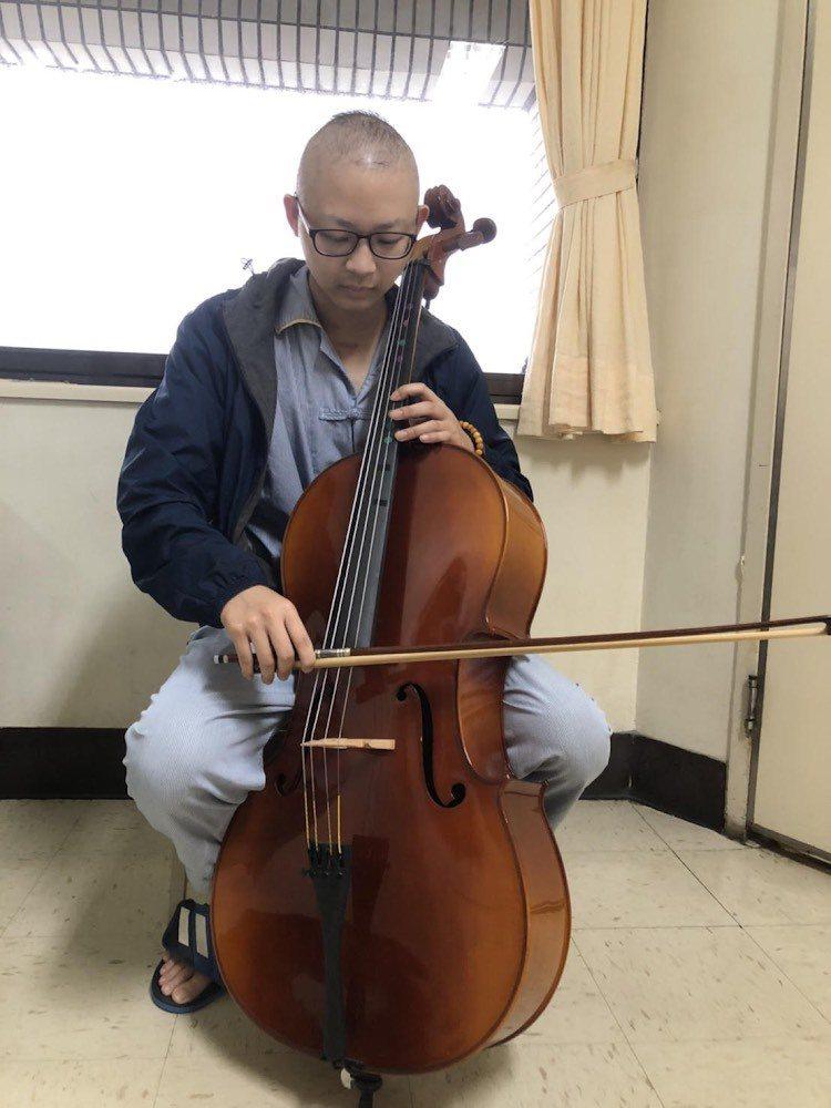 抗癌鬥士楊承翰立志要與癌一起拉大提琴,行醫救人。圖/周大觀文教基金會提供