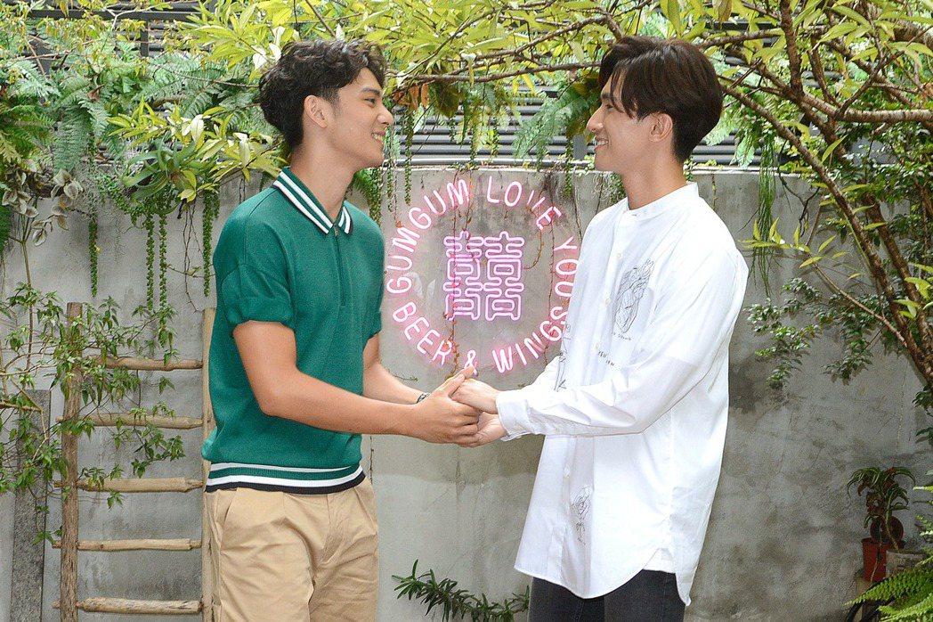 劉韋辰(左)、張瀚元重現劇中求婚橋段。圖/LINE TV提供