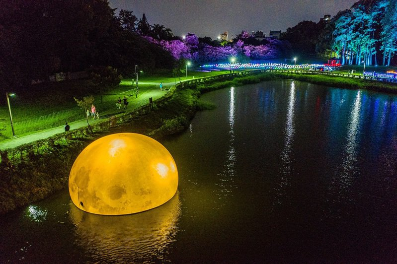 「嘉義市光織影舞」光影藝術展下月1日起在北香湖公園展出,圖為「鏡花水月」。圖/嘉義市政府提供