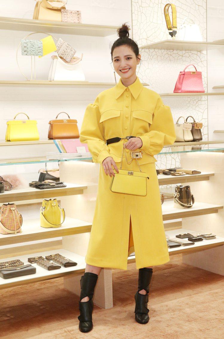 吳子霏穿FENDI黃色連身洋裝19萬8,000元、皮帶28,700元、高跟靴39...