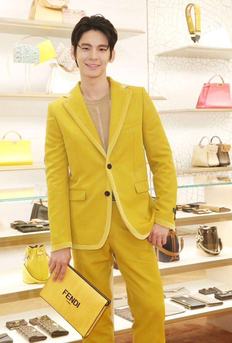林柏宏詮釋FENDI外套67,000元、針織上衣21,600元、西褲26,000...