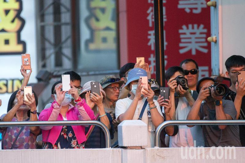許多攝影愛好者擠爆台中公益路天橋,為了爭睹懸日美景。記者黃仲裕/攝影