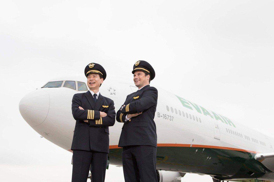 長榮航空機長訓練營邀請民眾一圓飛行夢想。