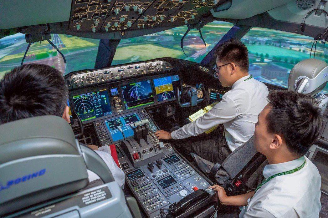 長榮航空機長體驗營之學員將可在飛行員的指導下,親自操控模擬機進行起降飛行。