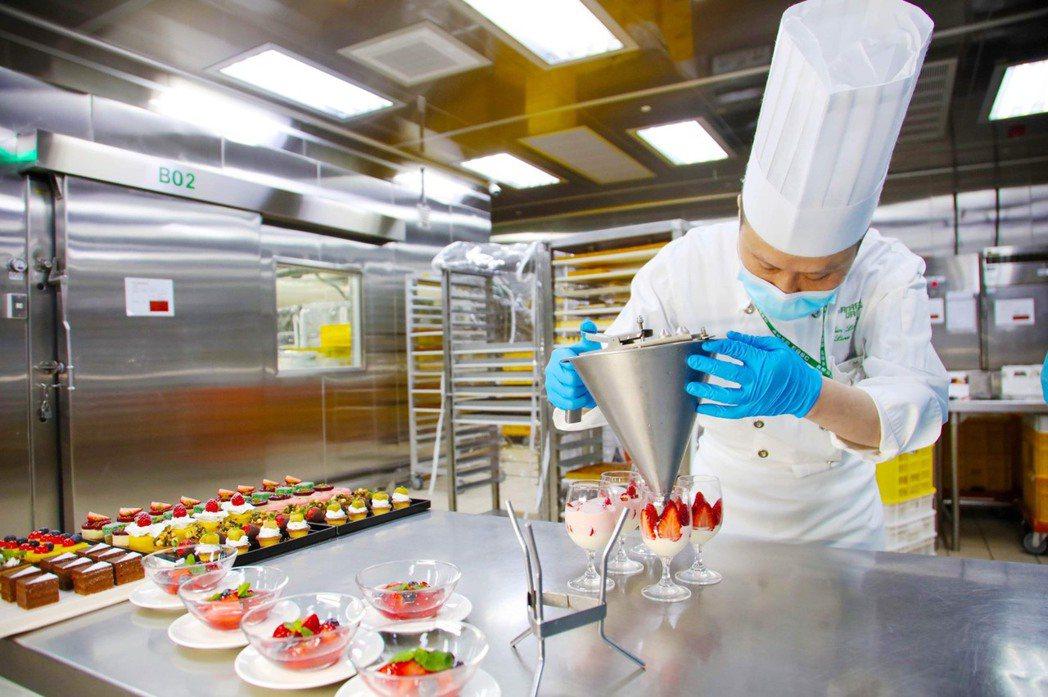 空廚體驗營之學員除可學習到主廚的料理秘笈,也可參與部分實作。長榮航空
